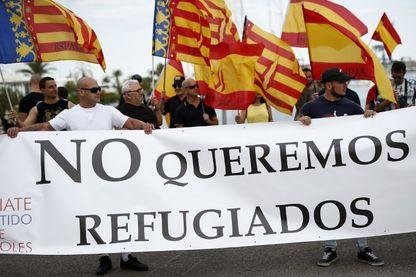 Une banderole sur laquelle on peut lire «Nous ne voulons pas de réfugiés» lors d'une manifestation organisée par le parti politique d'extrême droite Espana 2000 (E-2000) contre l'arrivée du navire de sauvetage Aquarius à Valence le 16 juin 2018.