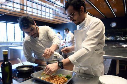 César Troisgros (à droite) et Leo Troigros, tous deux chefs et fils du chef français Michel Troisgros, cuisinent ensemble dans la cuisine du nouveau restaurant familial à Ouches, dans le centre de la France