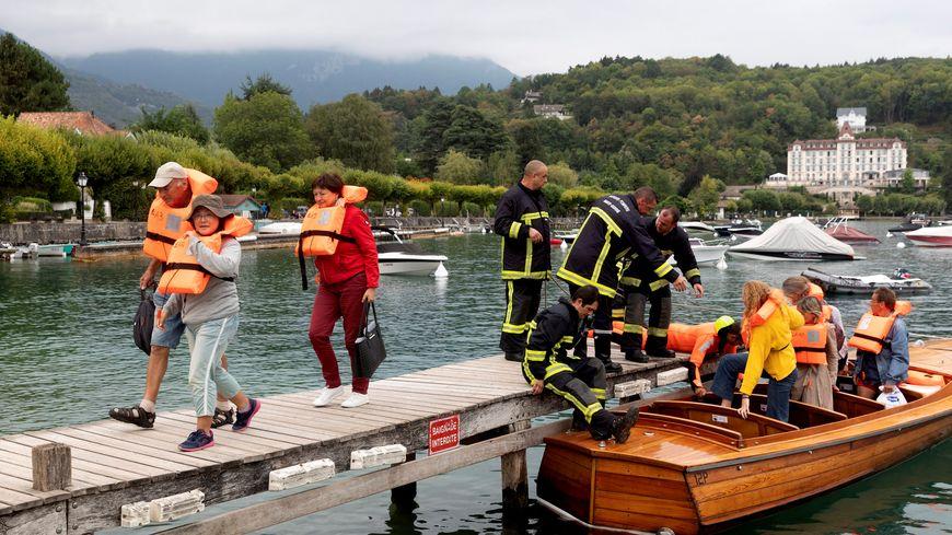 Les passagers ont été évacués et débarqués au port de Menthon Saint-Bernard