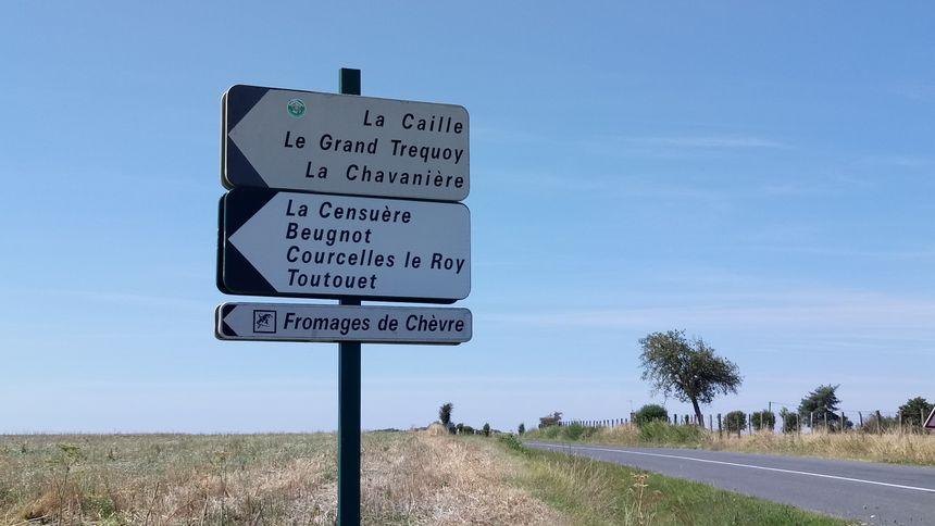 Le menhir est situé au lieu dit Chavanière, après Châtillon, sur la route vers Beaulieu