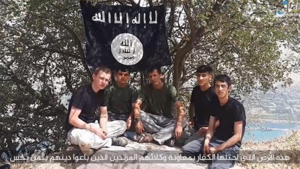Sur le site de CBS News, cette image montre les militants de l'ISIS accusés d'avoir attaqué un groupe de touristes internationaux qui parcouraient cet été le Tajikistan à vélo