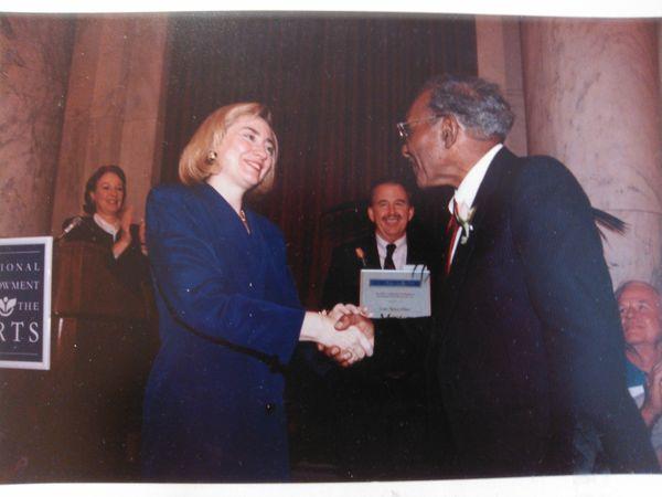 Hillary Clinton remettant remettant son prix à Roma Wilson à la Maison Blanche