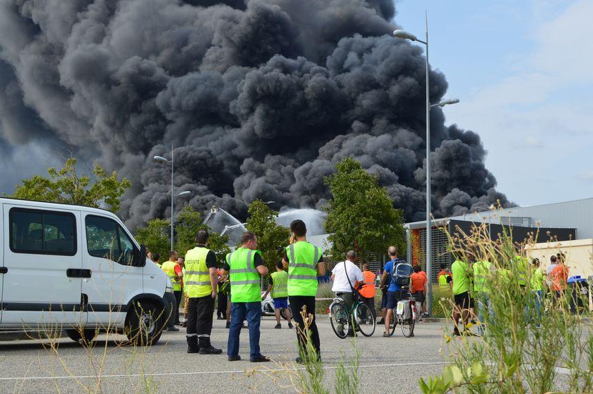 L'impressionnant panache de fumée provoqué par l'incendie vendredi