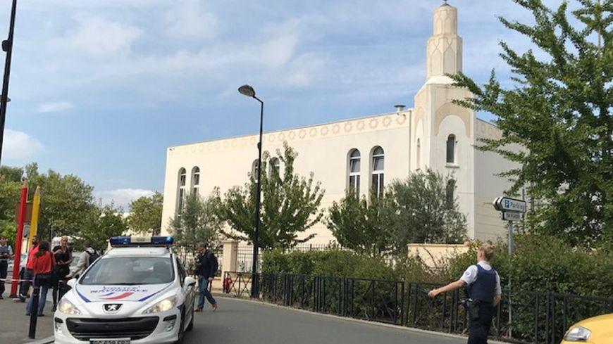 Les policiers ont établi un périmètre de sécurité autour de la rue Camille Claudel, à Trappes.