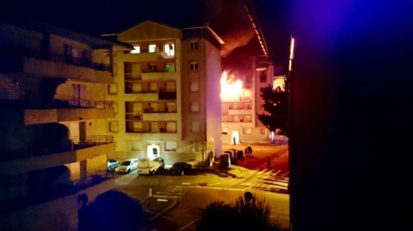 Le feu a pris au troisième étage d'un immeuble de la rue Biesse à Saint-Marcellin (photo prise à 3h40)