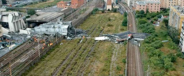 Une partie du terrain où le viaduc s'est effondrée, filmée par un drone