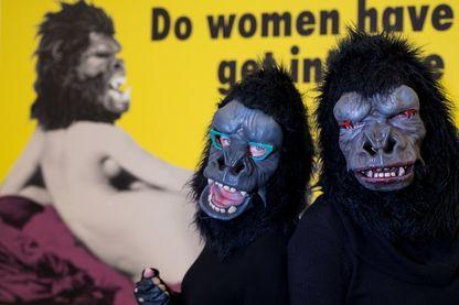 Les Guerrilla Girls agissent toujours vêtues d'un costume de gorille... et en talons aiguille.
