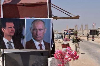 Les portraits de Bachar el-Assad et de Vladimir Poutine à un barrage de l'armée syrienne à l'approche d'Idleb, tenue par des groupes djihadistes et rebelles.