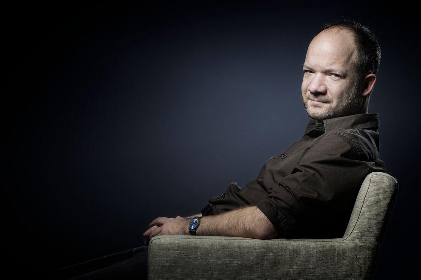 L'auteur de bande-dessinées Mathieu Sapin pose durant une session photo à Paris le 12 janvier 2017