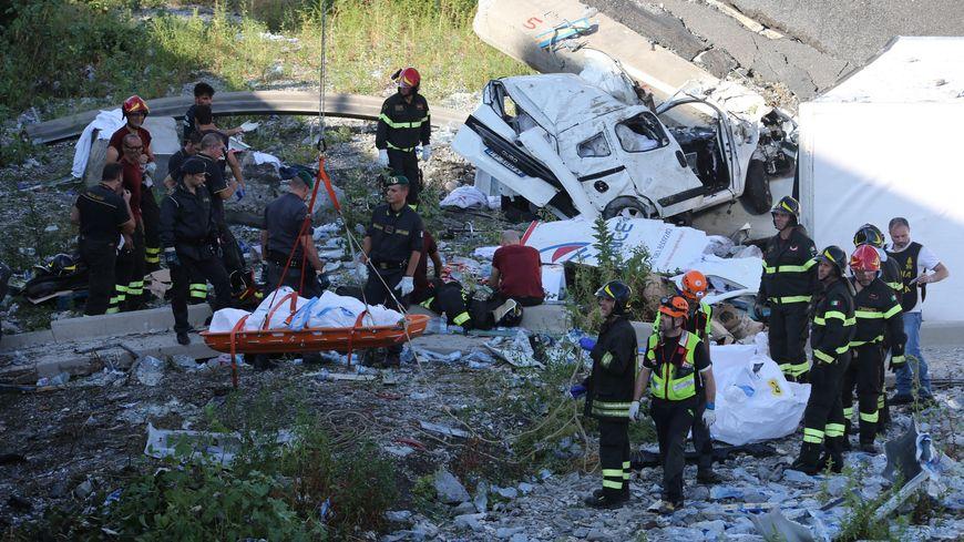 Mille secouristes s'activent pour retrouver des survivants sous les décombres, après l'effondrement d'un pont à Gênes