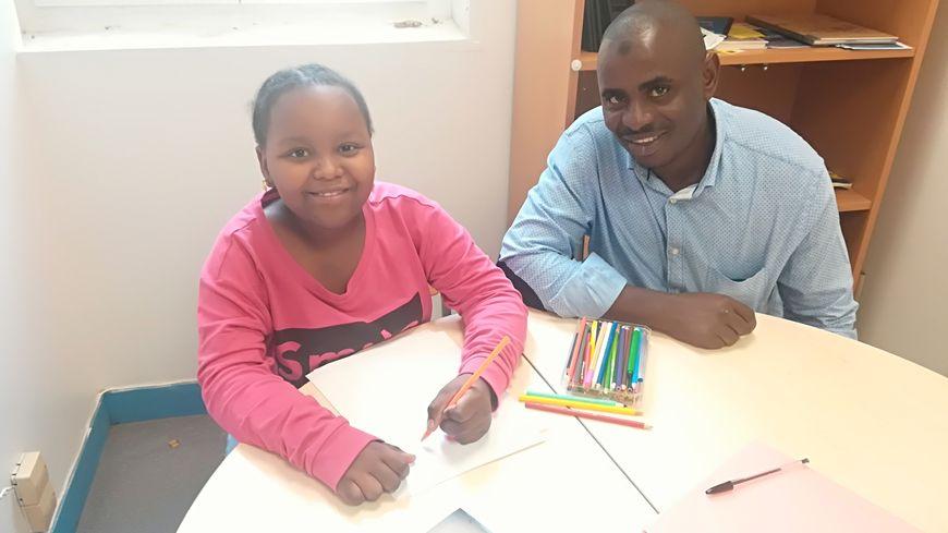 Mounaika Bacar, 8 ans, tout sourire auprès de son père Moussa, dans les locaux de RESF 27. Ils sont de nouveau hébergés par l'association Ysos à Évreux
