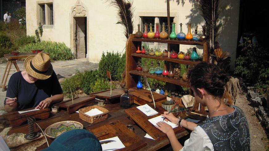 Atelier calligraphie devant la maison natale de Jeanne d'Arc.