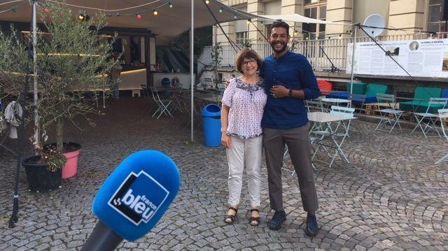 Omar le manager de l'Amiral aux côtés de Chantal, fidèle auditrice de France Bleu Paris