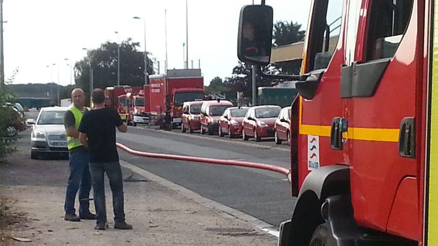 24 véhicules de pompiers et une soixantaine d'hommes ont été dépêchés sur place pour lutter contre le sinistre chez TSI.
