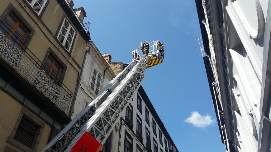 Deux grandes échelles ont été déployées dans le centre historique de Clermont-Ferrand