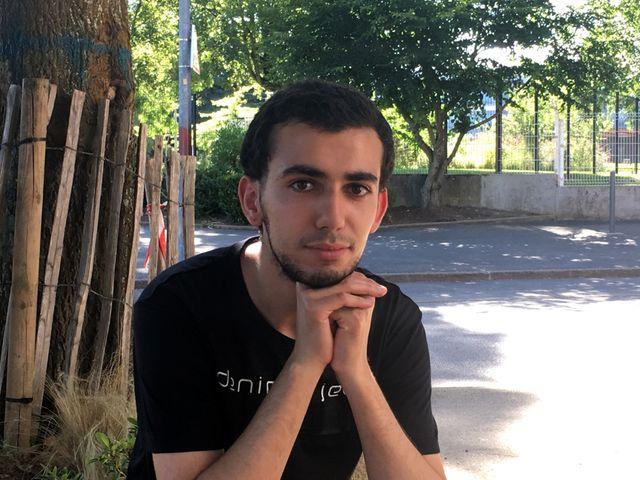 Amine a grandi dans le quartier où il a fait toute sa scolarité. Il est aujourd'hui en fac d'histoire à Lorient, et veut être journaliste.