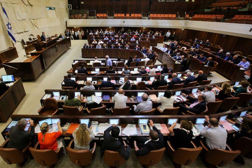 Membres du parlement israélien, la Knesset, assistant à la session du 18 juillet, pour voter la  loi Etat-nation, qui considère Israël comme la patrie du peuple juif
