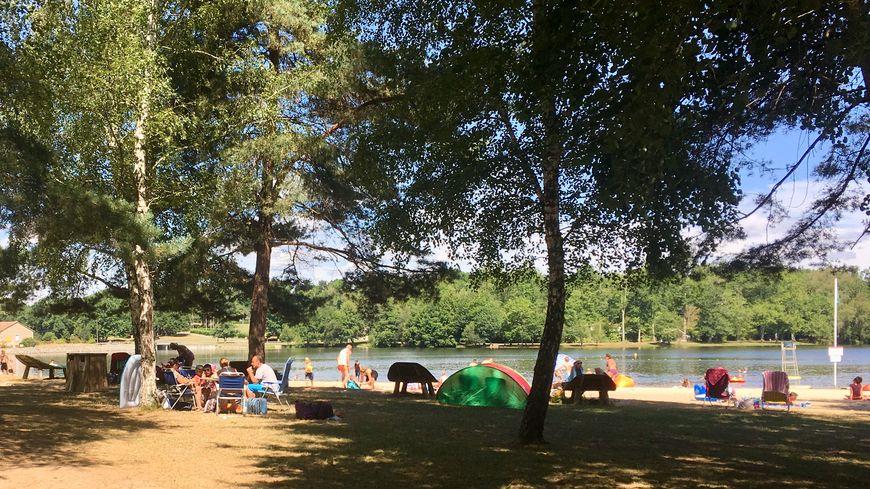 Les touristes profitent de la plage de l'étang de Saint-Estèphe, au nord de Nontron.