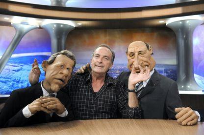 Yves Lecoq entouré de deux des marionnettes les plus célèbres des Guignols : le présentateur de JT Patrick Poivre d'Arvor et l'ancien président Jacques Chirac