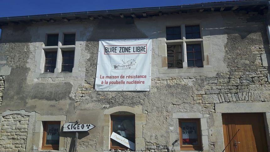 Banderole accrochée sur la façade d'une maison à Bure