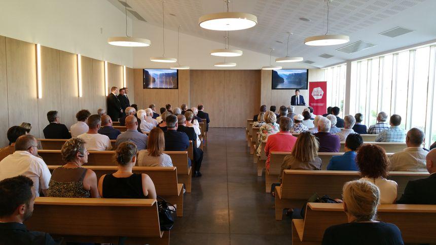 Plusieurs élus se sont exprimés dans la grande salle du crématorium lors de l'inauguration.
