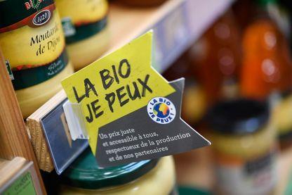 Le 12 mars 2018, à Pont-l'Abbe, une étiquette indiquant «La Bio Je peux» est affichée sur une étagère dans un magasin Biocoop