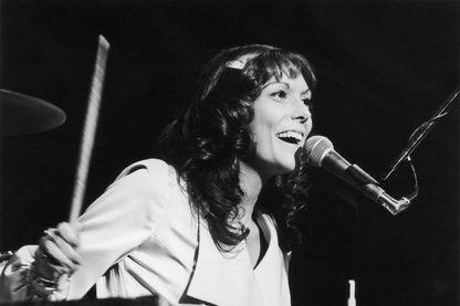 Karen Carpenter, au chant et à la batterie en 1975. Elle était membre du duo les Carpenters avec son frère, avant de disparaître brutalement à 32 ans, des suites d'une anorexie.
