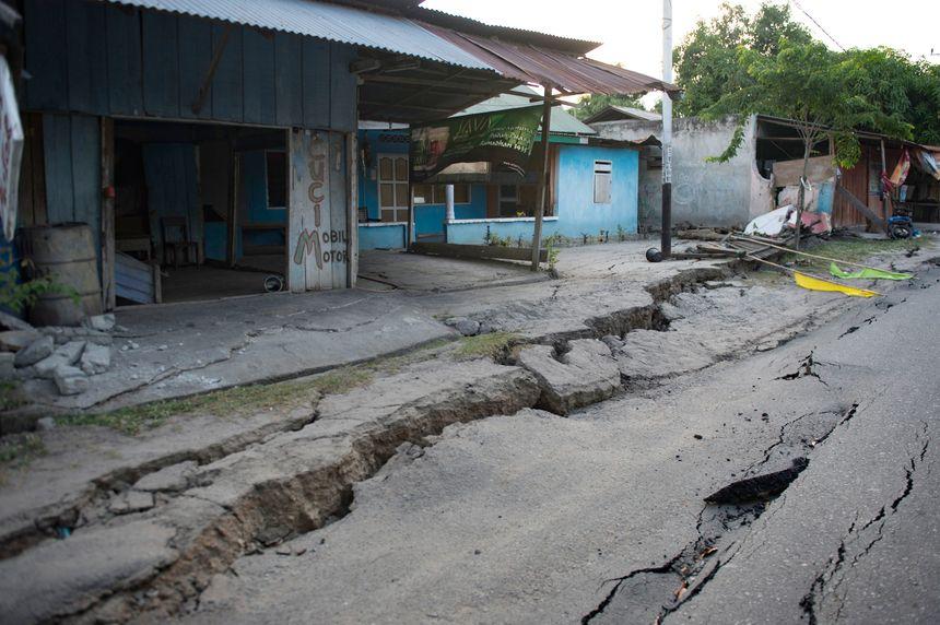 Les dégâts du tsunami sur une route à Palu. - AFP