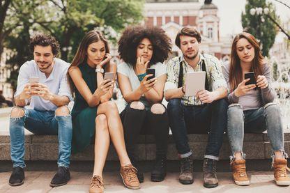 Les réseaux sociaux nous enferment-ils plus IRL (in real life), plus qu'ils ne nous lient virtuellement ?