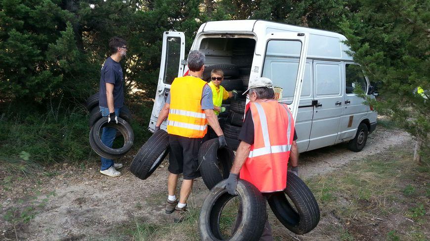 Cheteauneuf de Gadagne : une montagne de pneus dégagée lors du World clean up day.