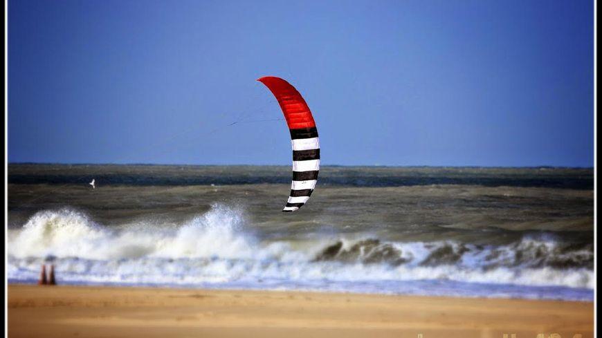 Le cerf-volant tracté permet de ressentir les sensations du kitesurf.