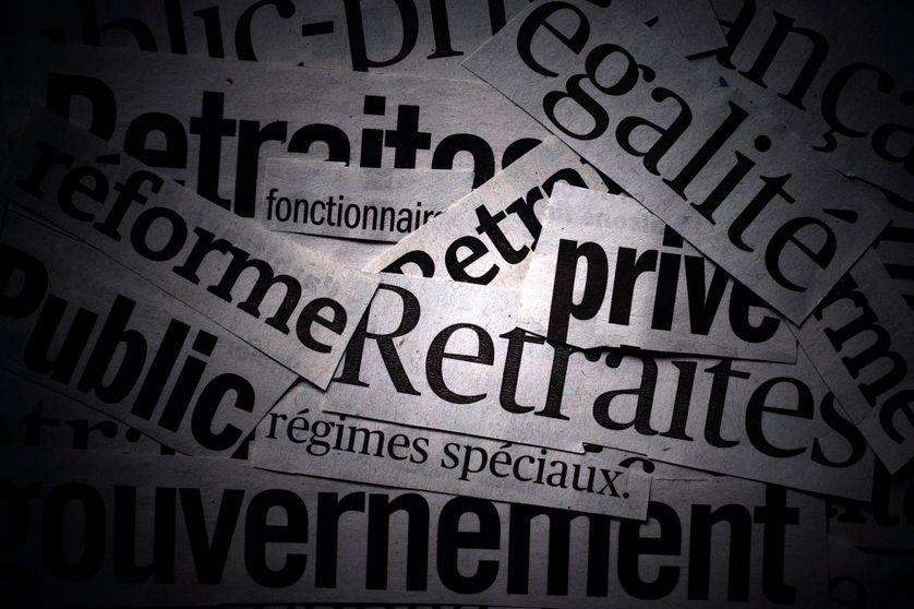 Différentes coupures de journaux qui traitent du sujet de la réforme des retraites. Dans le programme présidentiel d'Emmanuel Macron, un des souhaits annoncés était de « mettre fin aux injustices de notre système de retraites ».