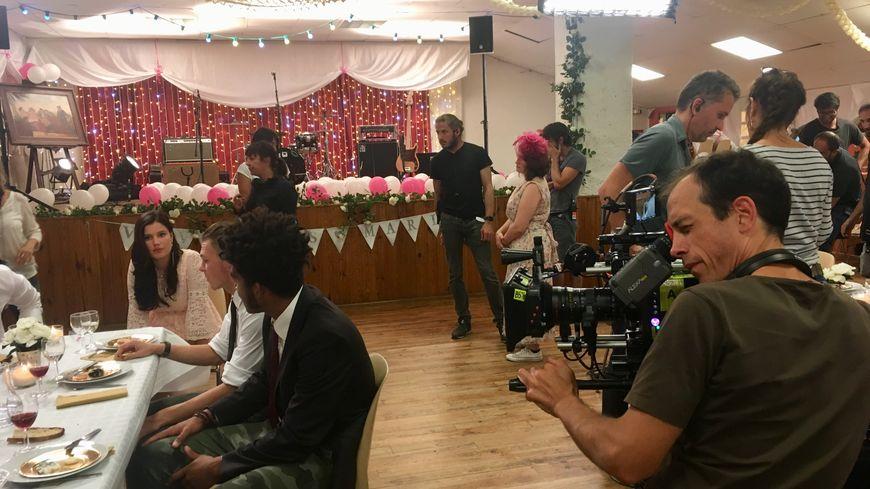 Une scène de mariage est tournée dans la salle des fêtes de Villars.