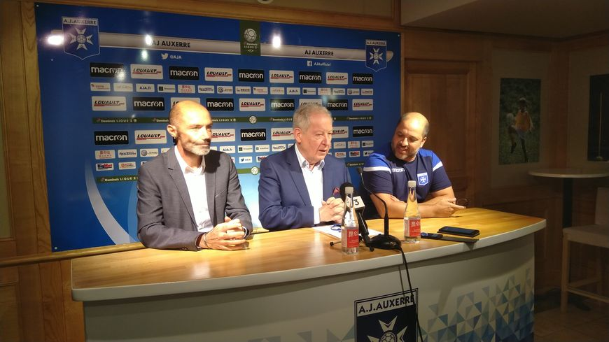 Cédric Daury, le directeur sportif de l'AJ Auxerre, le président Francis Graille et l'entraîneur Pablo Correa sont satisfaits du mercato.