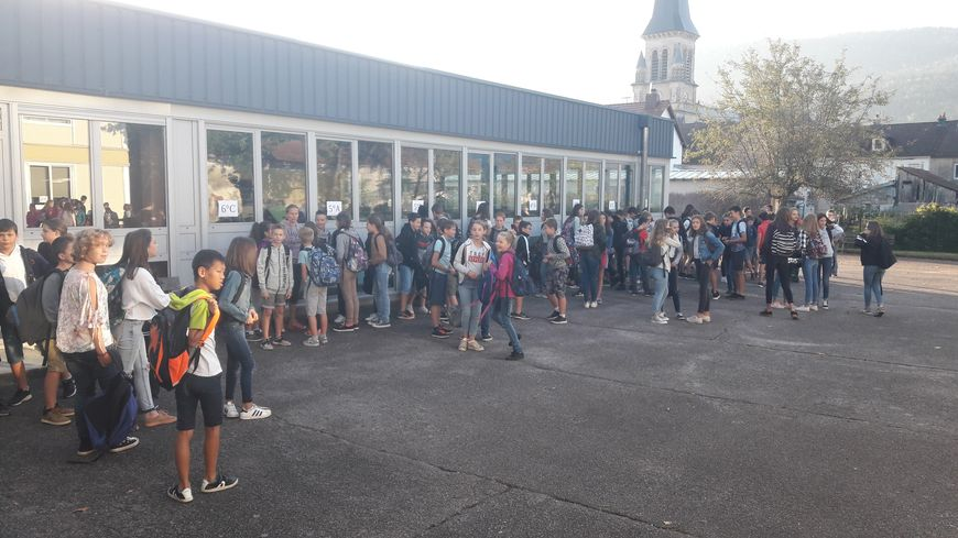 Les collégiens de Vagney devant leurs classes du lycée de Saulxures sur Moselotte