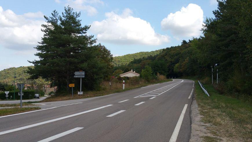 Le radar (à droite) est situé juste devant l'entrée du Crestet (à gauche). Deux solutions s'offrent à vous.