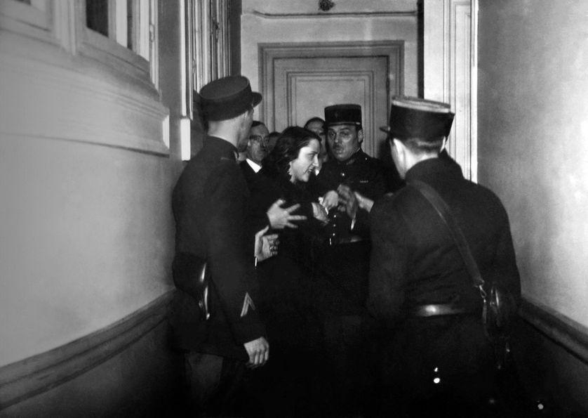 Violette Nozière se débattant avec des policiers, après le verdict de sa condamnation à mort