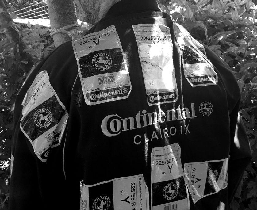 Veste de Pierre Sommé ornée des autocollants de la marque Continental