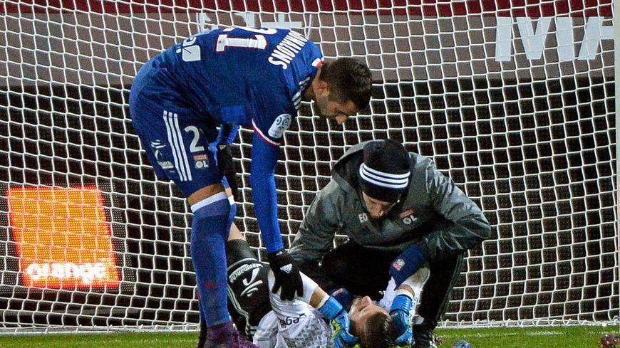 Le gardien Lyonnais Anthony Lopes touché aprés le jet de pétard
