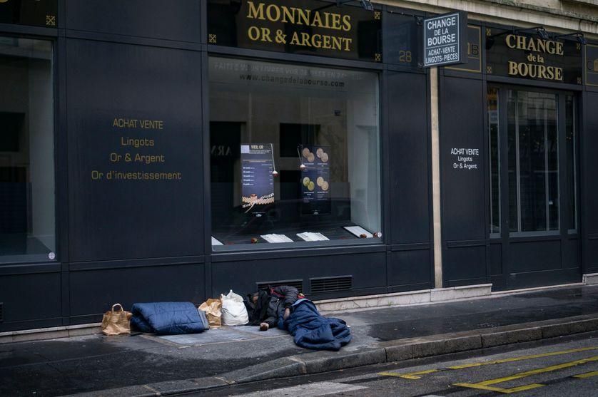 Exemple de pauvreté extrême : un homme seul et sans-abri dans les rues de Paris pendant la vague de froid de janvier 2017