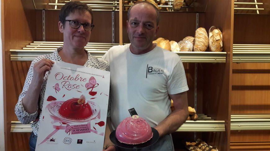 Un pâtissier et son épouse infirmière, en rémission d'un cancer du sein, ont imaginé un gâteau pour octobre rose, à Weyer (Bas-Rhin).