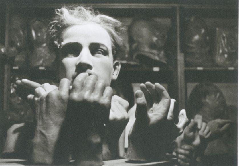 Hervé Guibert, Musée Grévin, Paris, 1978 Tirage gélatino-argentique Dimensions du tirage : 17,7 x 24 cm Tampon à sec (© Christine Guibert Courtesy Les Douches la Galerie, Paris)