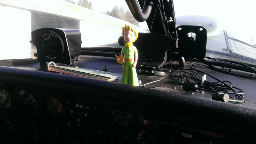 Le petit prince de Saint-Exupéry en guise de mascotte sur le tableau de bord