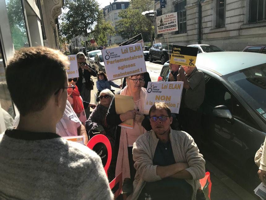 Lucas Guillemot, attaché parlementaire de Philippe Chassaing a pris en note les demandes des militants sur le trottoir, devant la permanence.