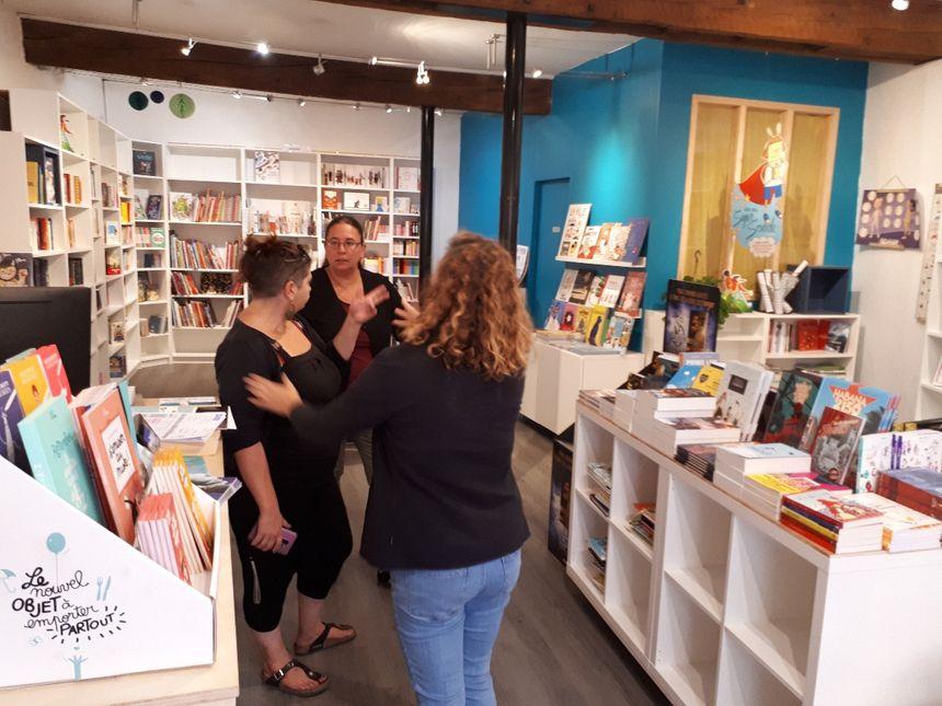 Dans la librairie , la discussion s'engage en langue des signes
