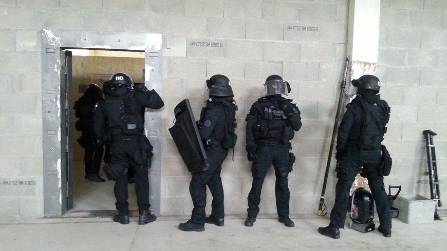 Chaque membre du RAID a une spécialité : négociation, effraction, tir de précision, etc.