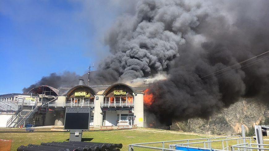 Chamonix - Depuis 13h30, un important incendie ravage la gare intermédiare (1 972m d'altitude) du téléphérique des Grands Montets. (photo @SDIS74)