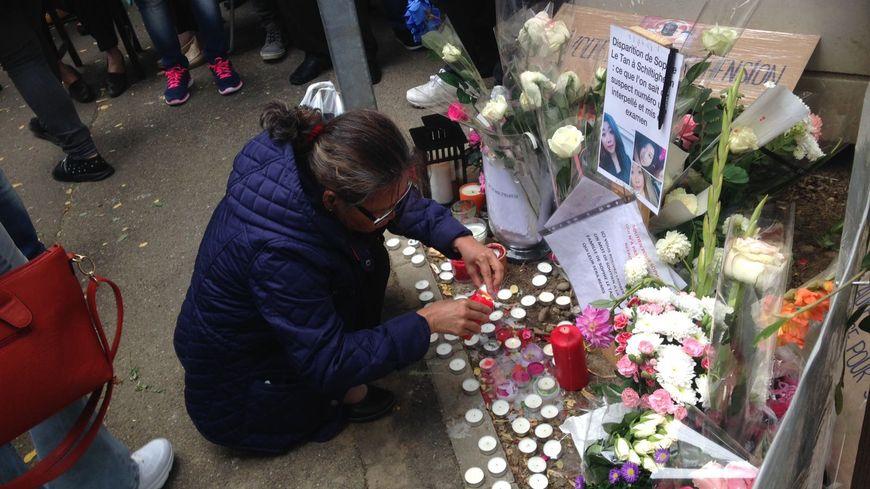 Des bougies et des fleurs ont été déposés sur l'autel improvisé à Schiltigheim pour Sophie Le Tan
