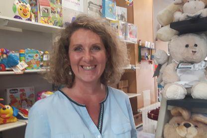 Marie Tournefier Droual dans son magasin de jouets solidaires