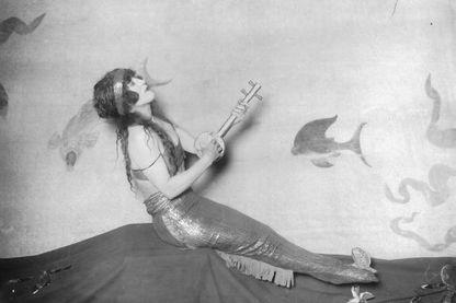 """La nageuse et actrice de cinéma muet australienne Annette Kellerman, en 1911. Elle joua le rôle d'une sirène dans de nombreux films et était surnommée """"The Diving Venus"""""""
